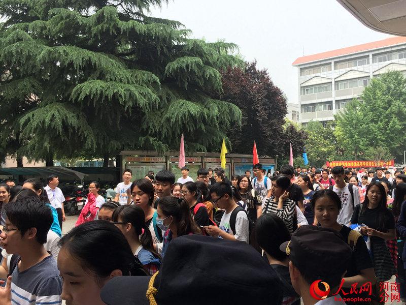7:00,郑州回民中学敲响了最后一场考试结束的铃声.学校门口,在