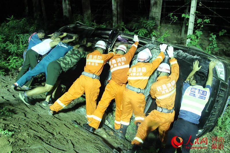 许昌一男子车祸被卷车底 众人架起生命桥梁